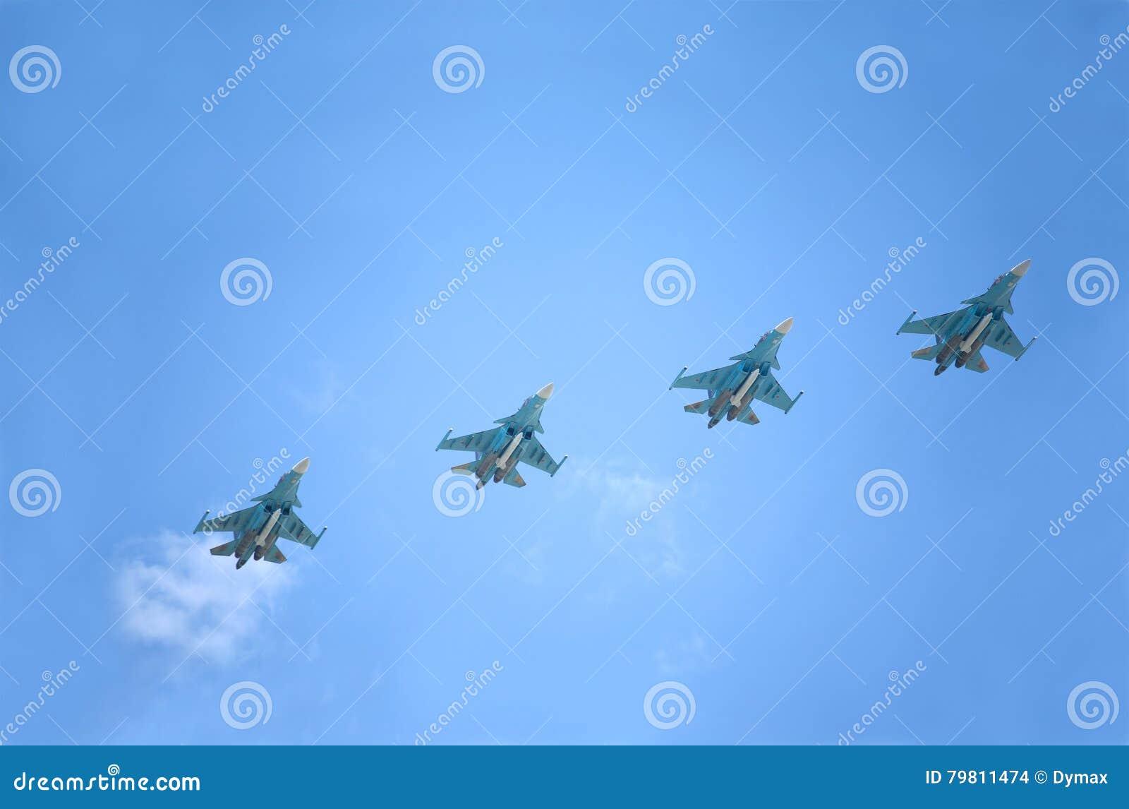 Vols supersoniques militaires russes d arrière des chasseurs-bombardiers SU-34 contre le ciel bleu