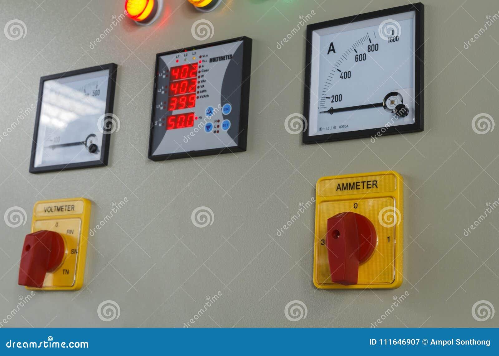 Volt en ampère de knoop van de meteromschakeling op elektrisch controlebord