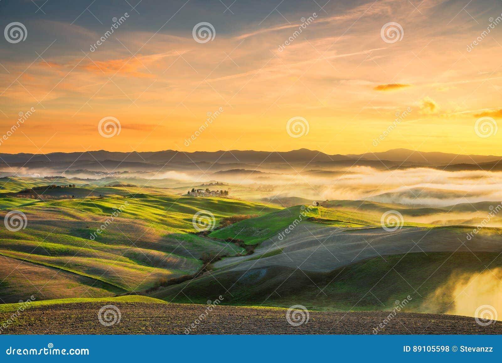 Volterra dimmig panorama, Rolling Hills och gräsplanfält på sunse