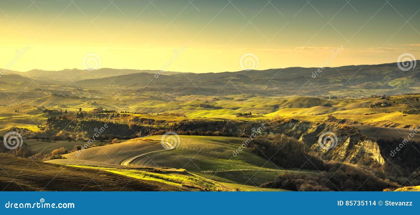 Volterra panorama, toczni wzgórza i zieleni pola, Tuscany, Ital
