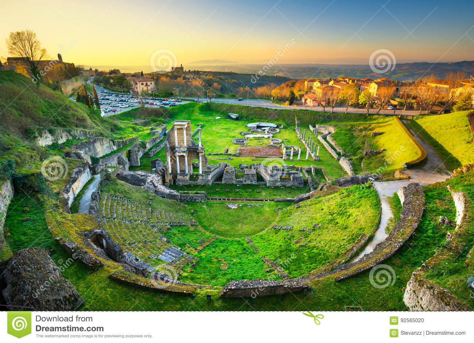 Volterra, rovine romane del teatro al tramonto La Toscana, Italia