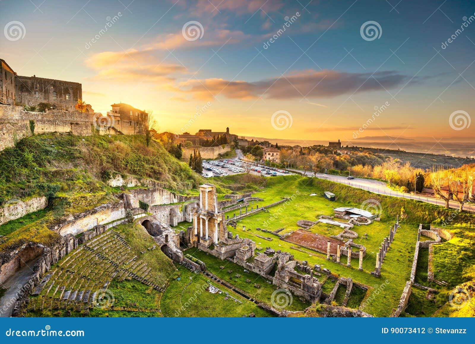 Volterra, ruines romaines de théâtre au coucher du soleil La Toscane, Italie