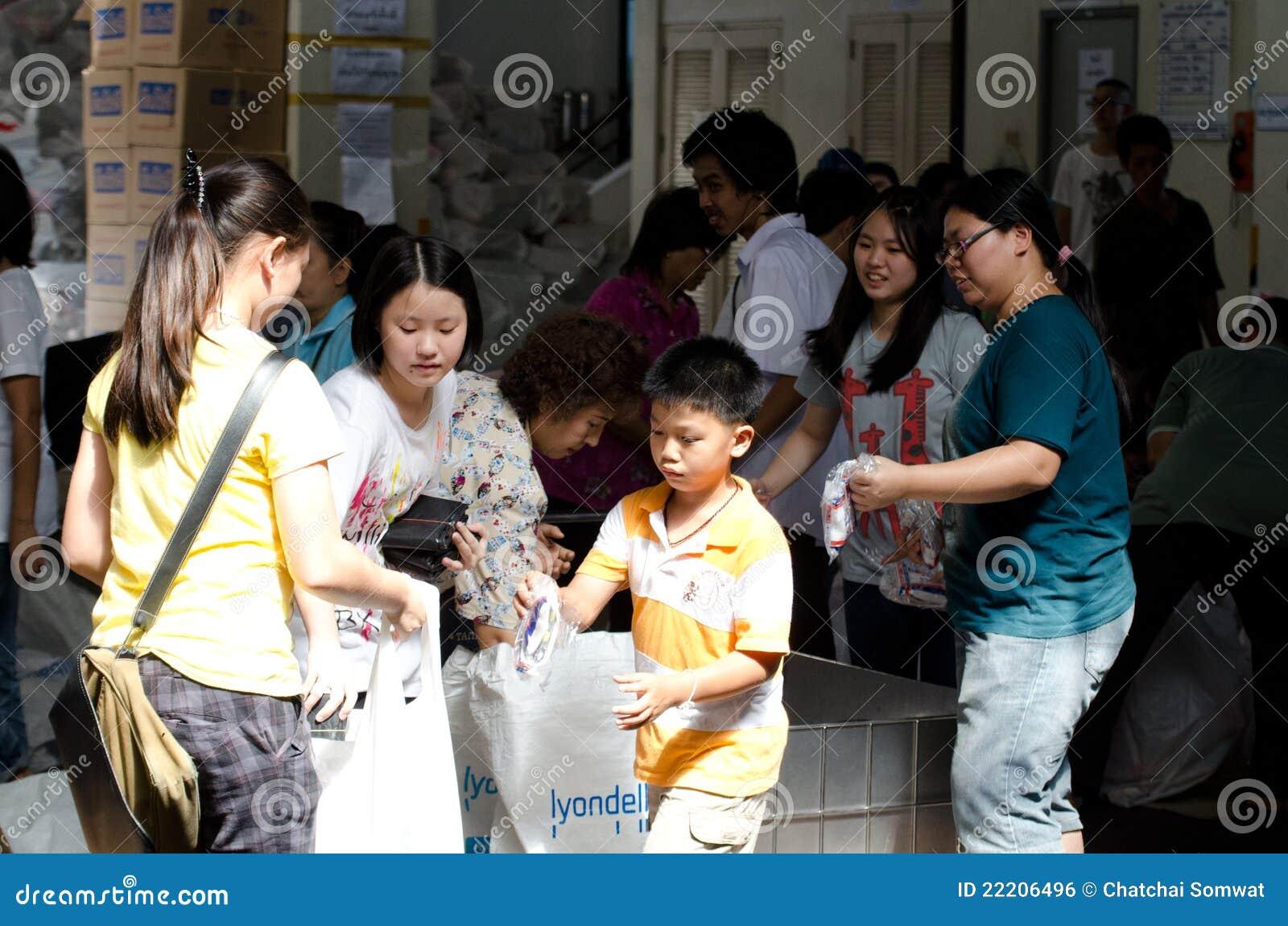 Voluntários a ajudar a alinhar o saco