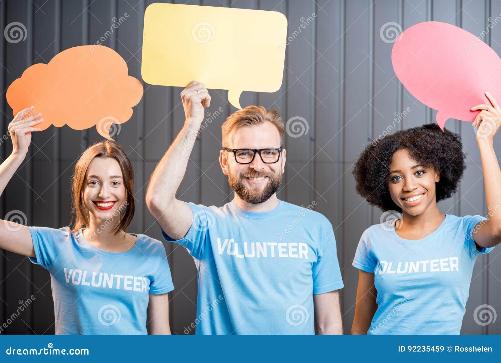 Voluntários com bolhas do pensamento