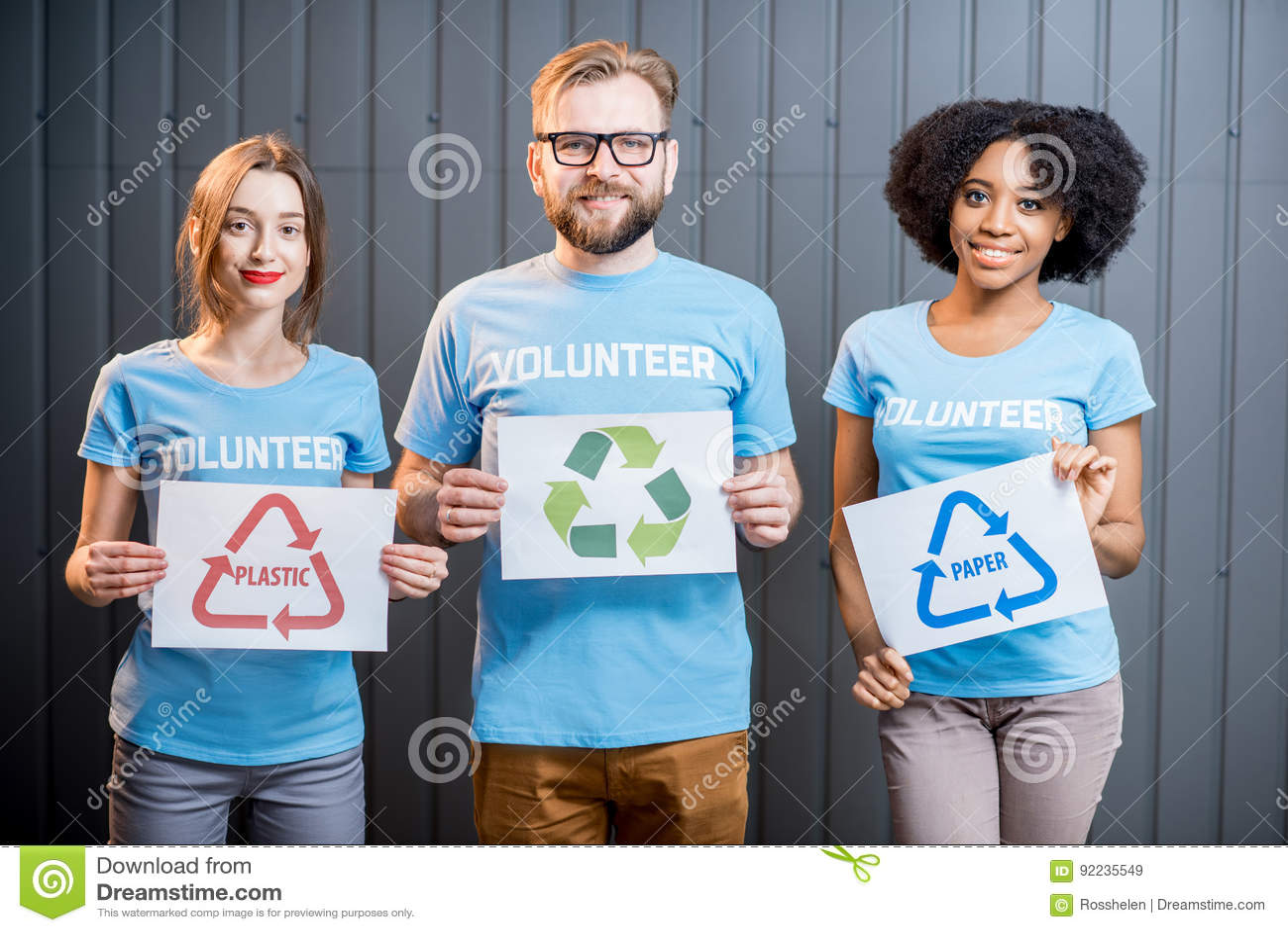 Voluntários com sinais de classificar o desperdício