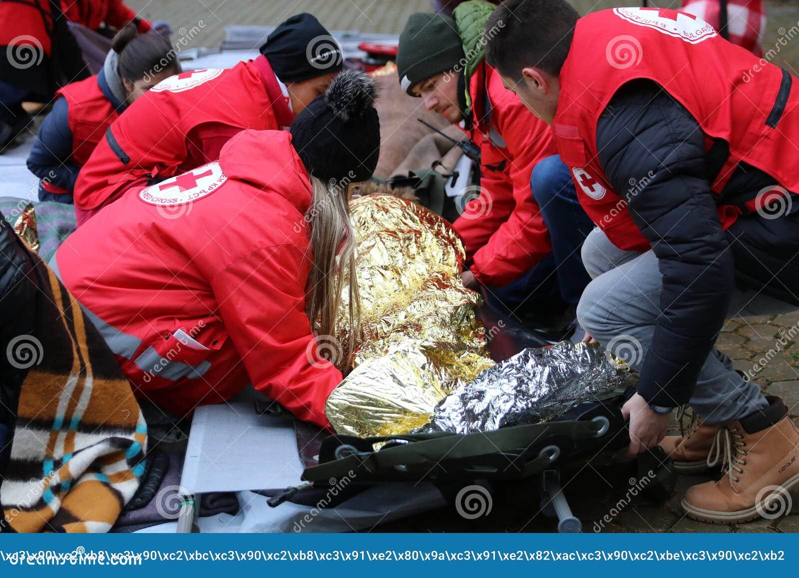 Voluntários da organização da cruz vermelha búlgara para participar no treinamento