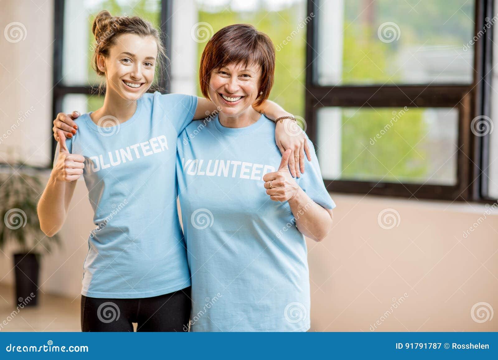 Voluntários novos e mais idosos dentro