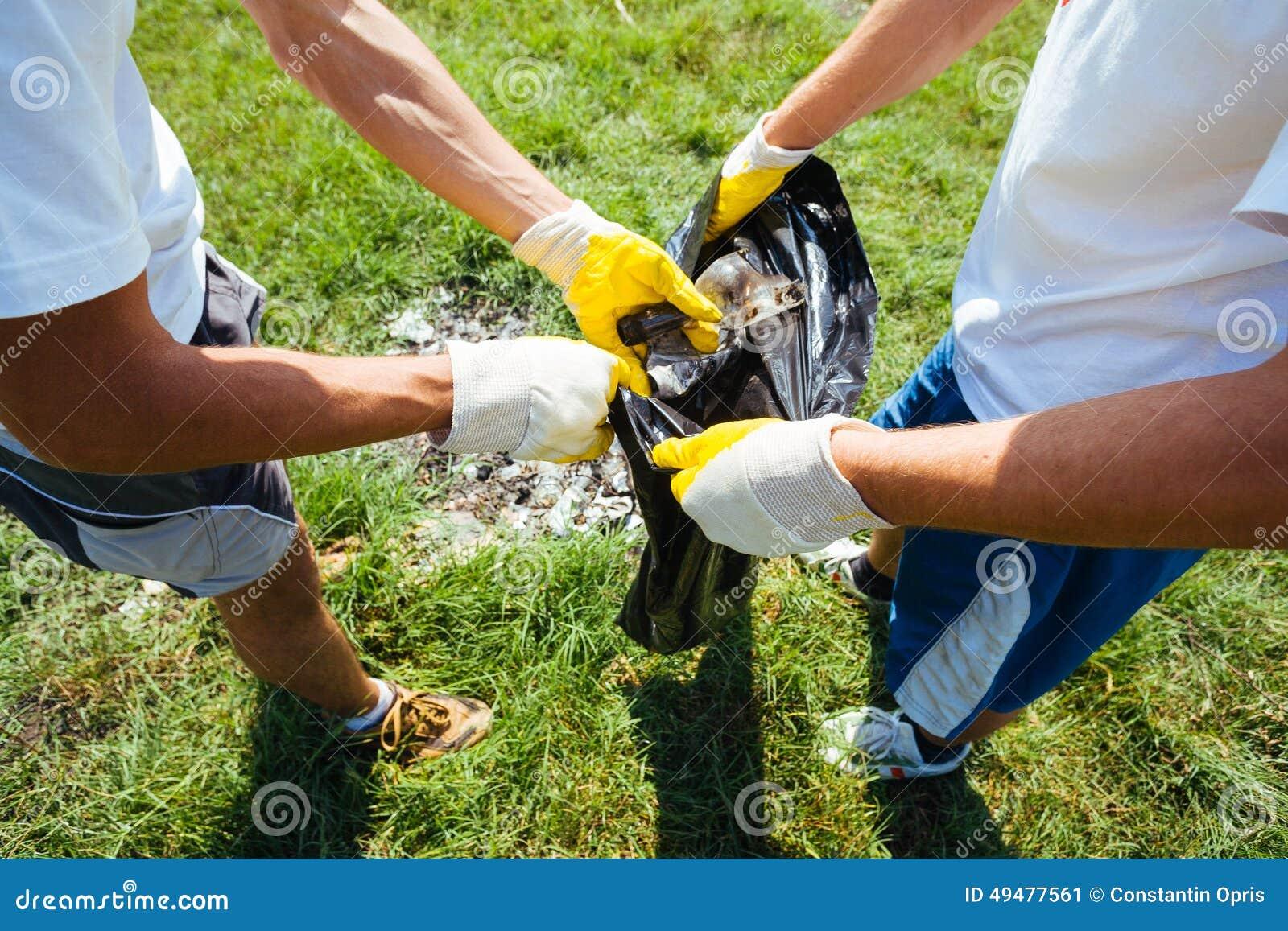 Voluntários que limpam o lixo