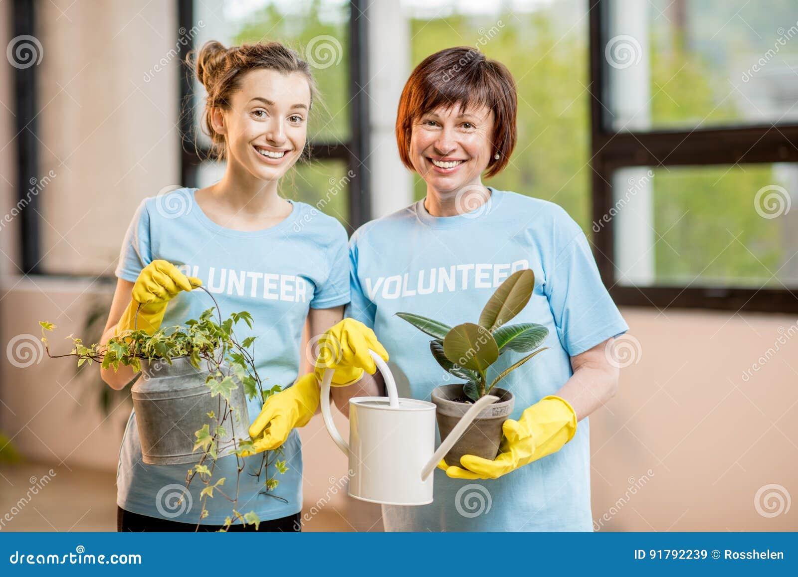 Voluntários que tomam das plantas