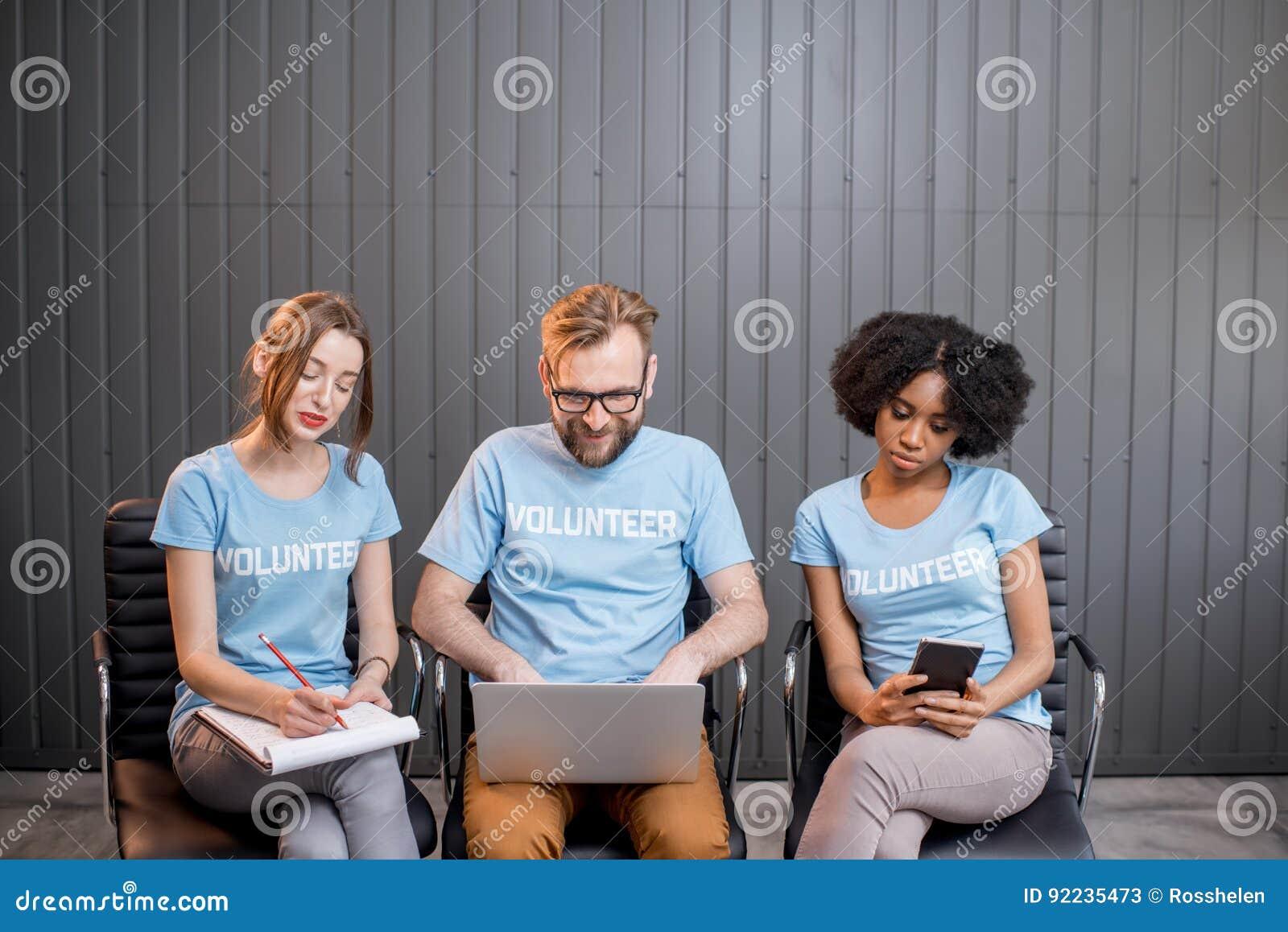 Voluntários que trabalham no escritório