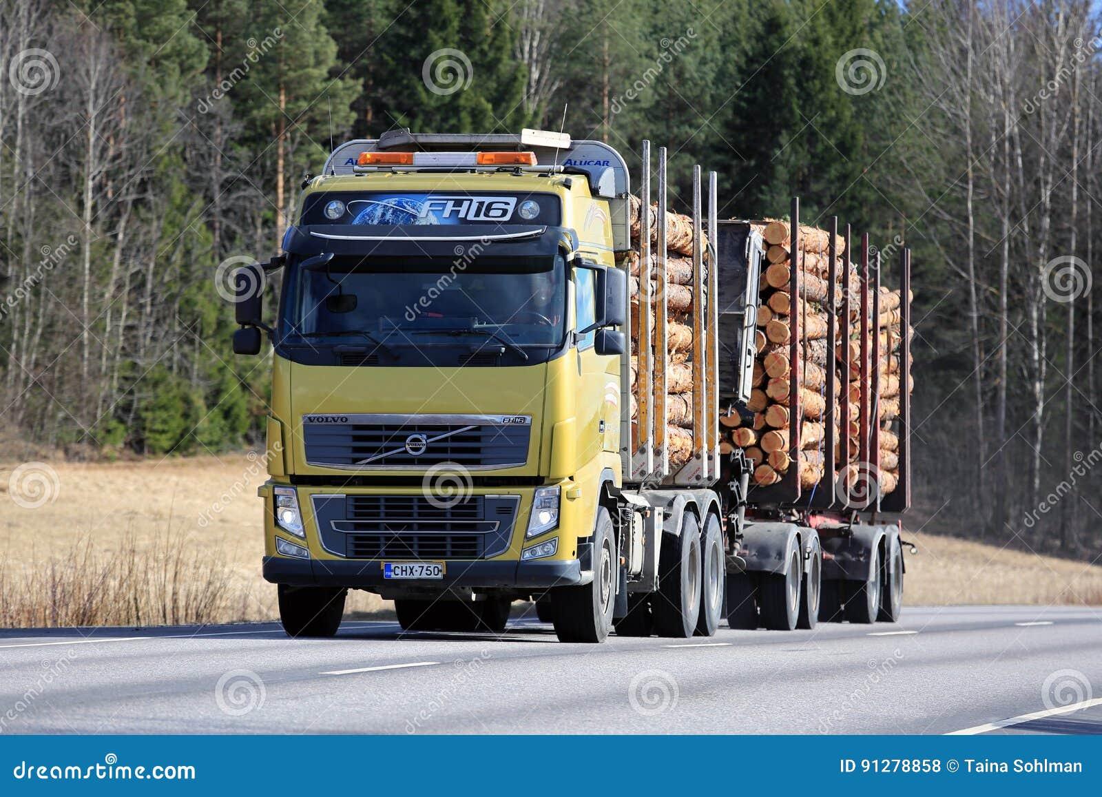 Volvo FH16 som loggar lastbiltransportsträckor, sörjer timmer