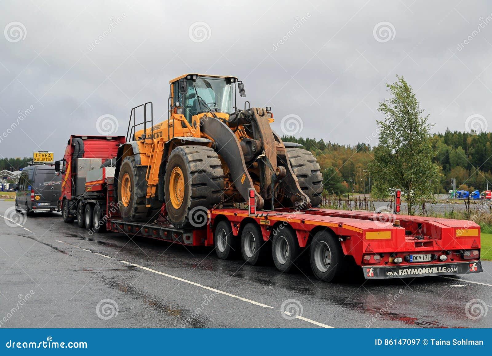 Lieblings Volvo-Rad-Lader-Überformatlasts-Transport Redaktionelles @WI_01