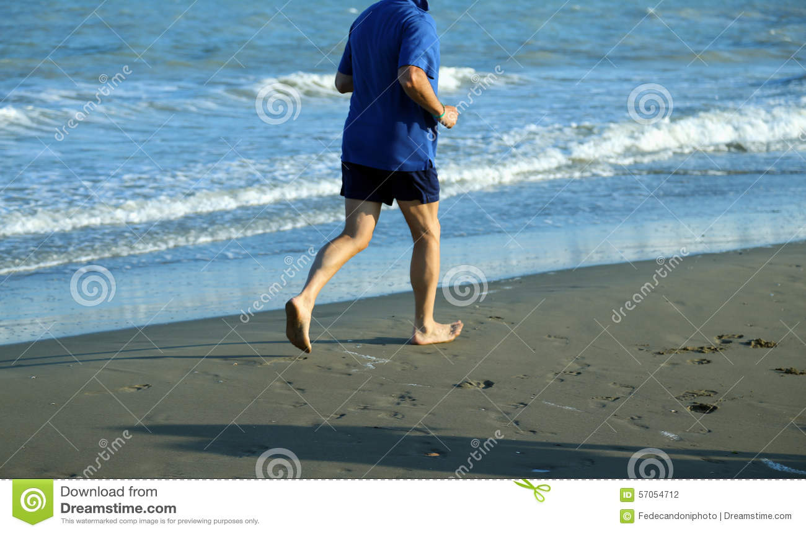 Volwassen atletenlooppas op het Overzeese Strand geschikt te houden