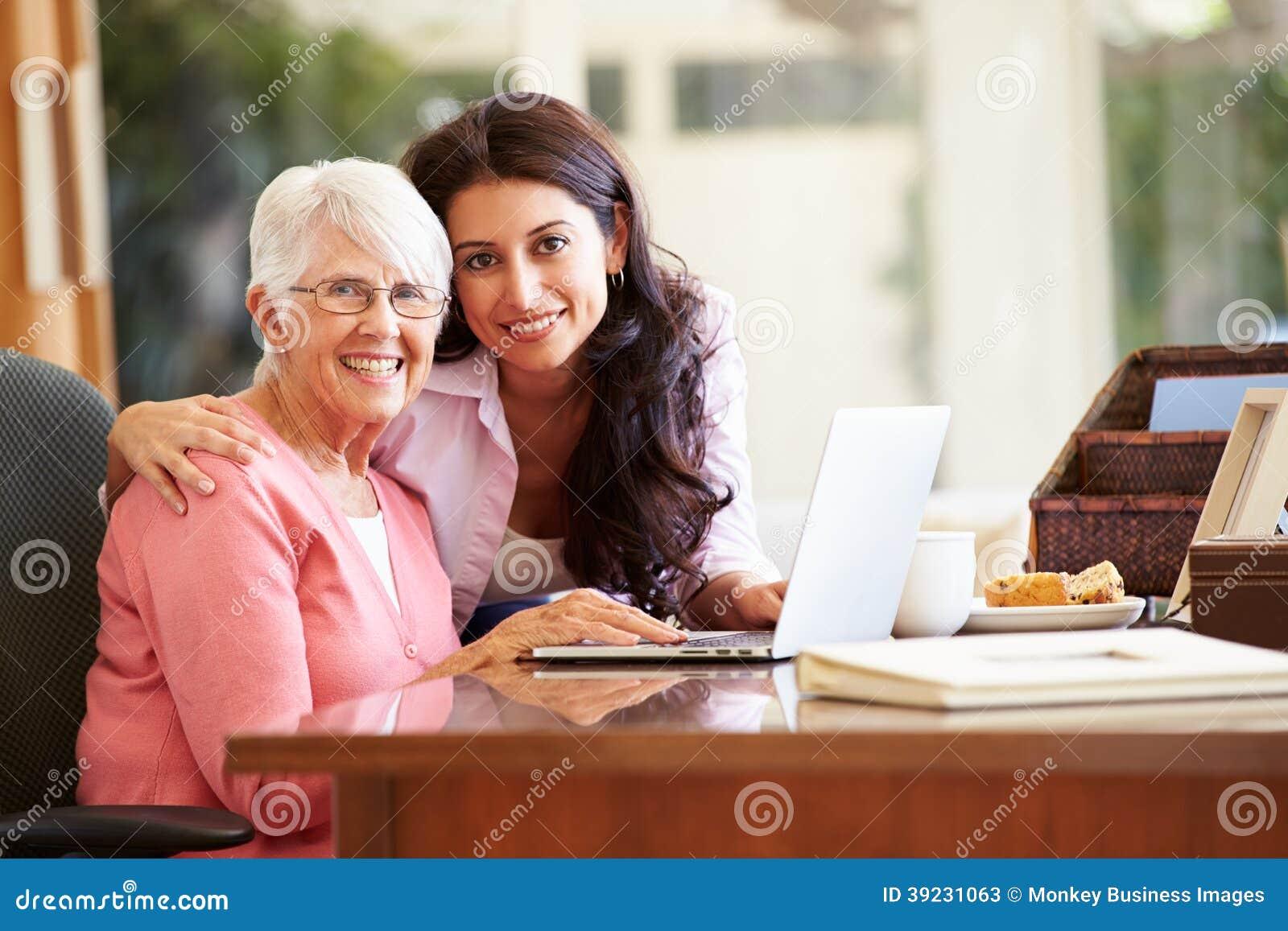 Volwassen Dochter die Moeder met Laptop helpen