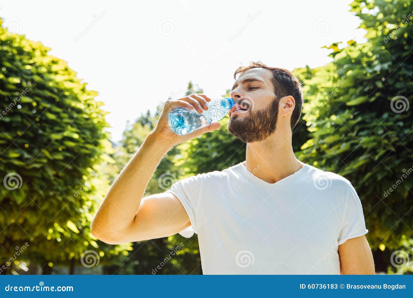 Volwassen mensen drinkwater van een fles buiten