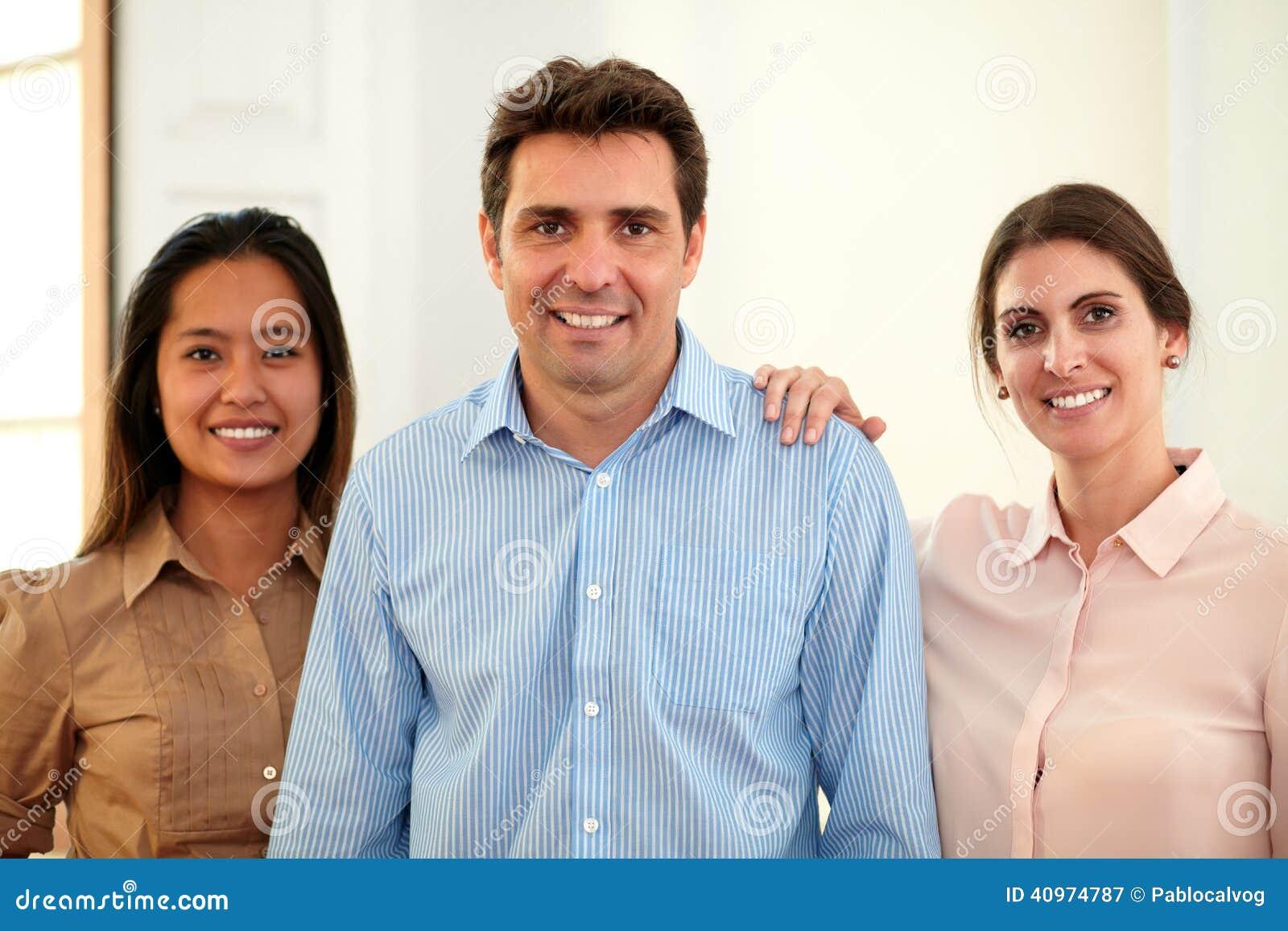 Volwassen professioneel team die bij u glimlachen
