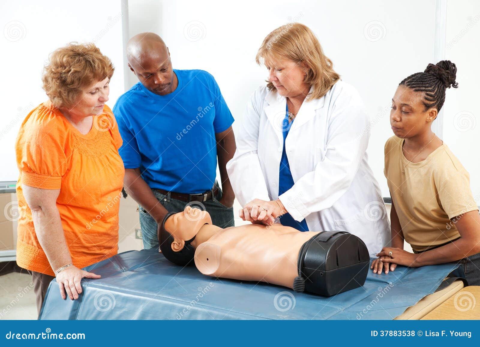 Volwassenen die Eerste hulp CPR leren