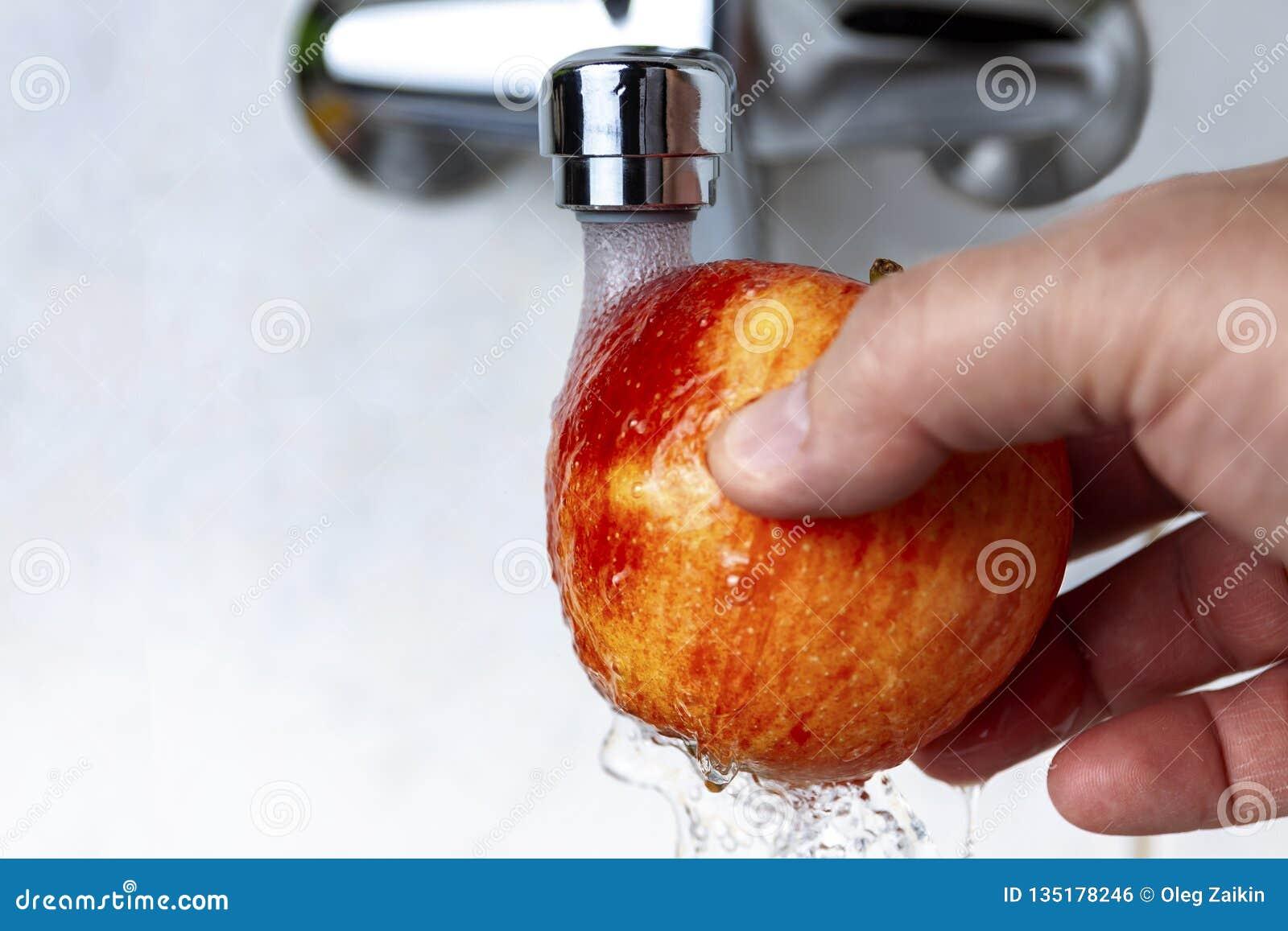 Vom Hahn gießt Wasser auf Apple