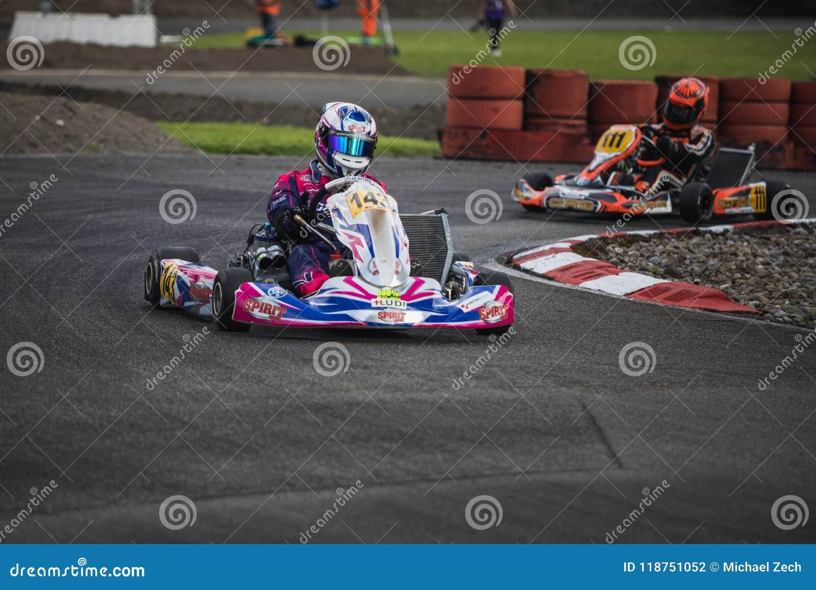 Vont le coureur de kart sur la voie, championnat suisse de kart