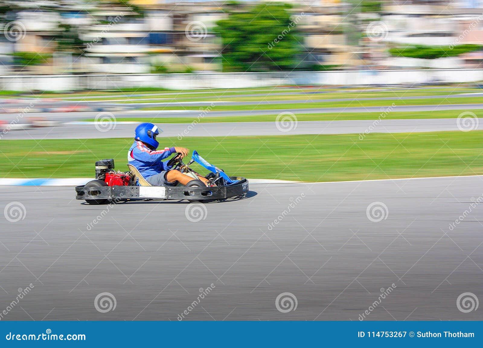 Vont le coureur de kart sur la voie, tir est filtré