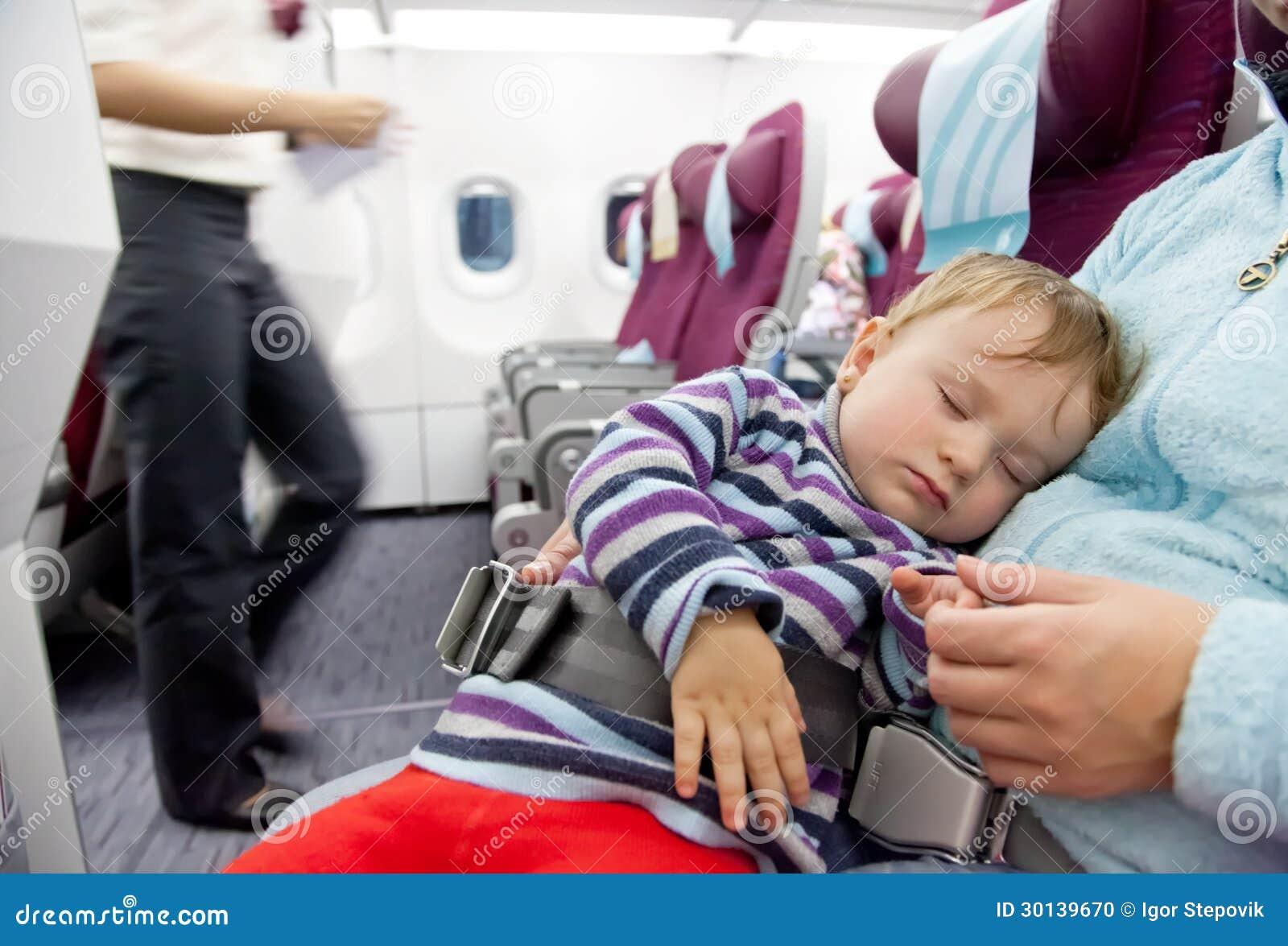 Sira de mãe e curso do bebé da criança de dois anos do sono no avião