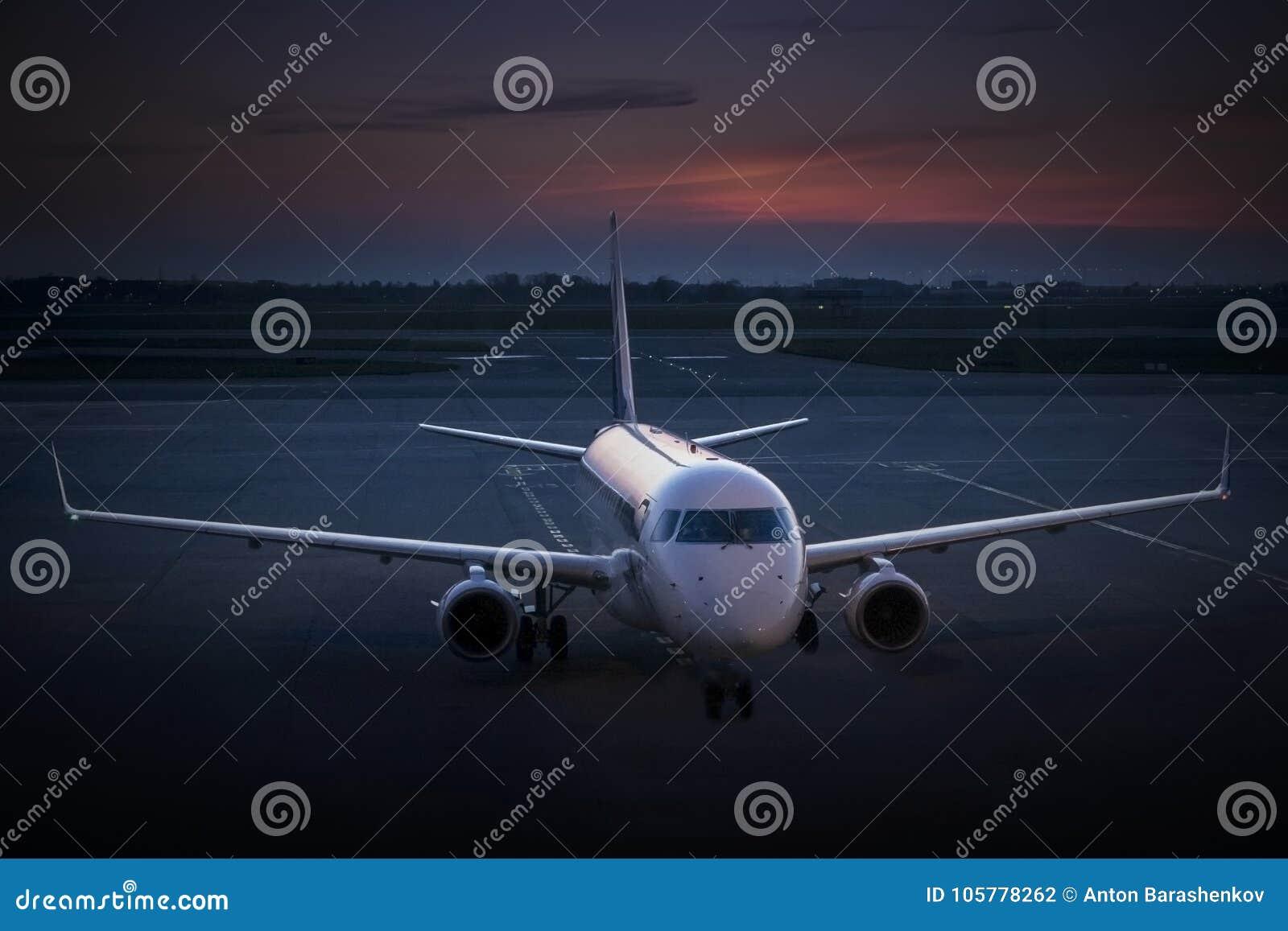 Voo da aviação do negócio no crepúsculo