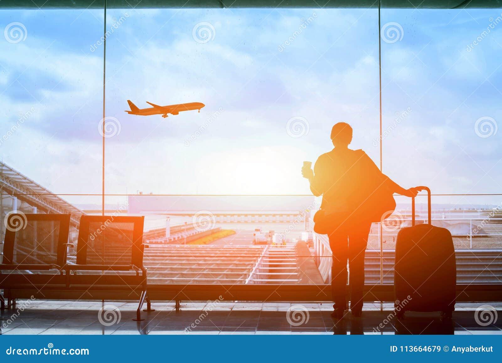 Voo de espera do passageiro no aeroporto, terminal da partida