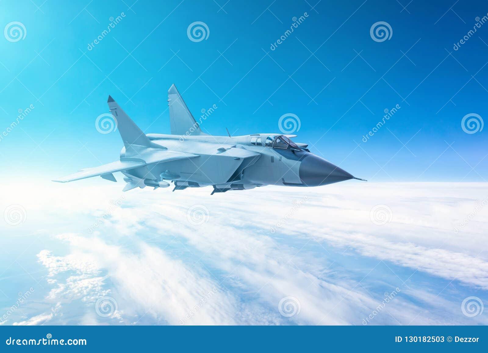 Voo do avião de combate com um fundo do céu azul