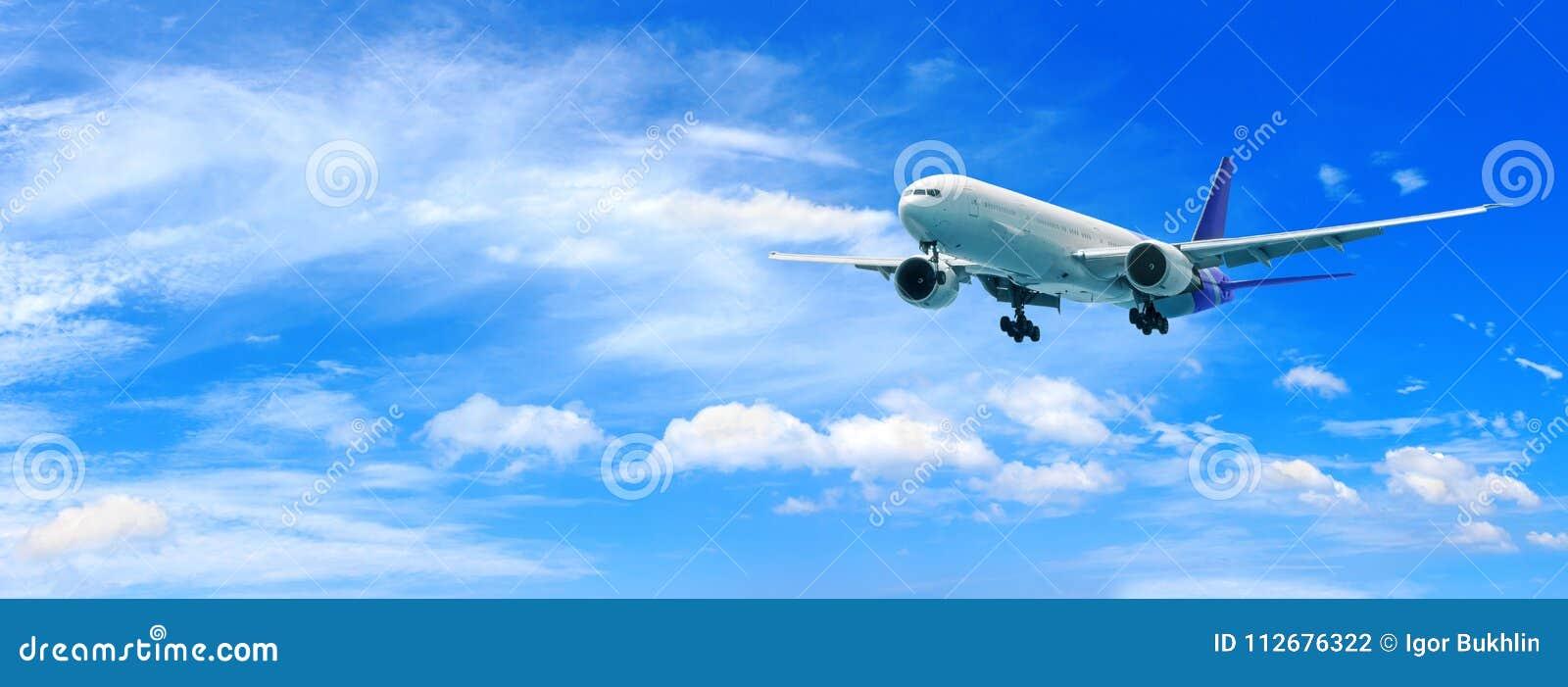 Voo do avião do passageiro acima das nuvens Vista do plano da janela a céu surpreendente com nuvens bonitas