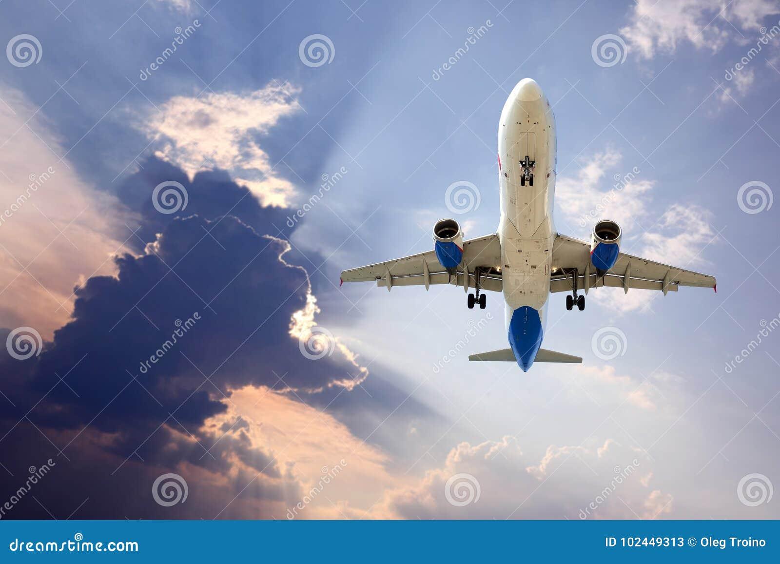 Voo do plano de avião de passagem no céu