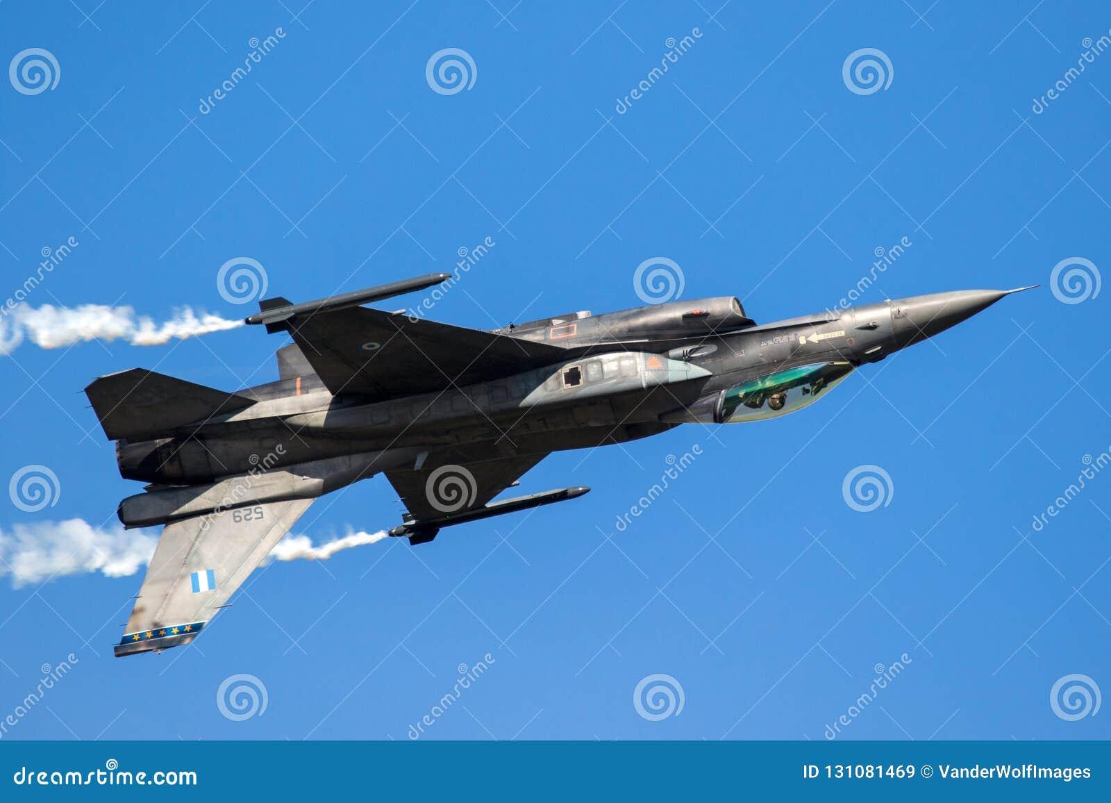 Voo do plano de jato do caça F-16 de cabeça para baixo