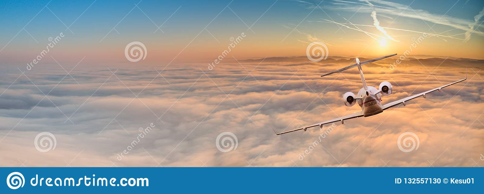 Voo do plano de jato privado acima das nuvens dramáticas