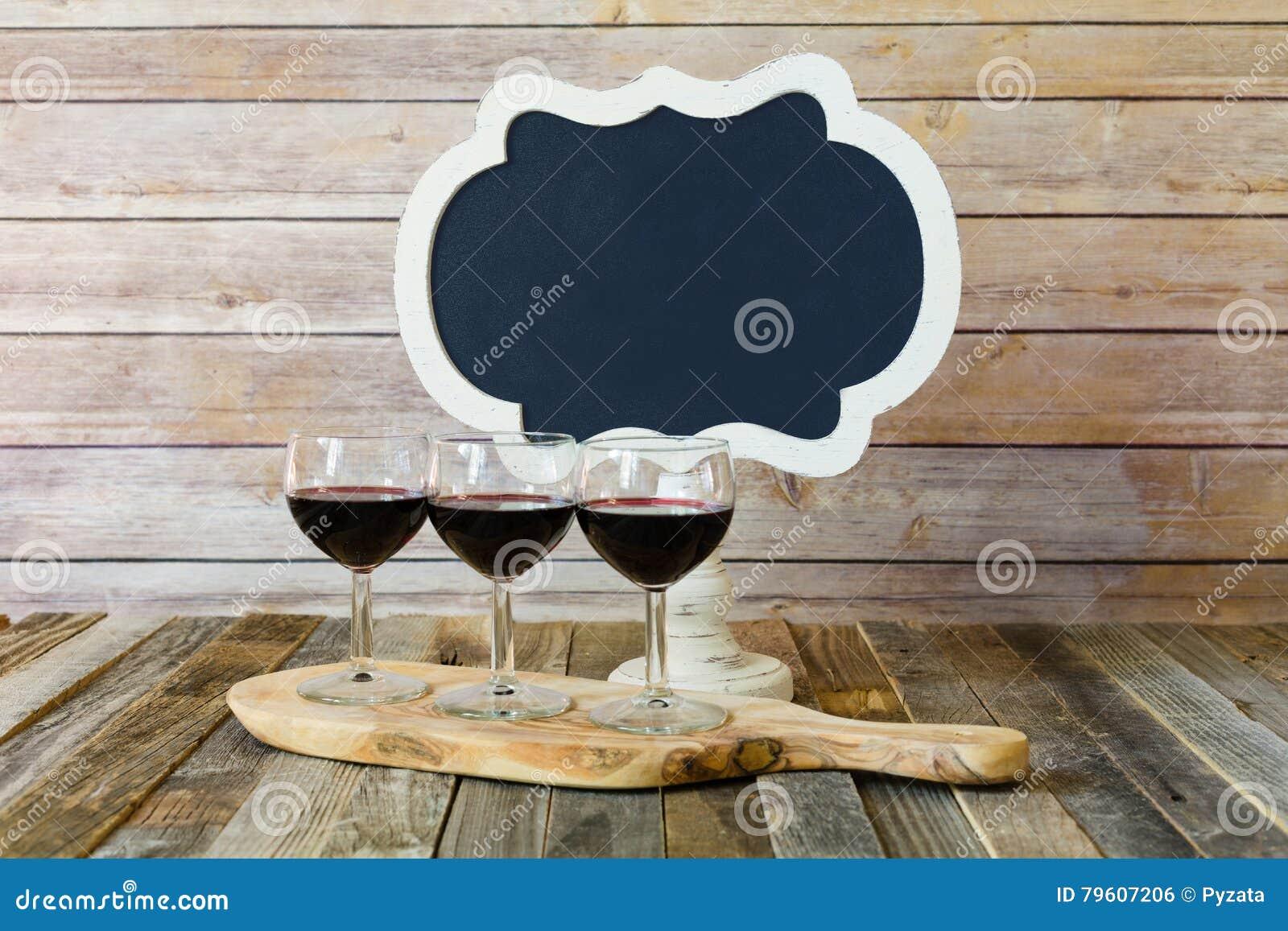Voo do vinho tinto com sinal do quadro