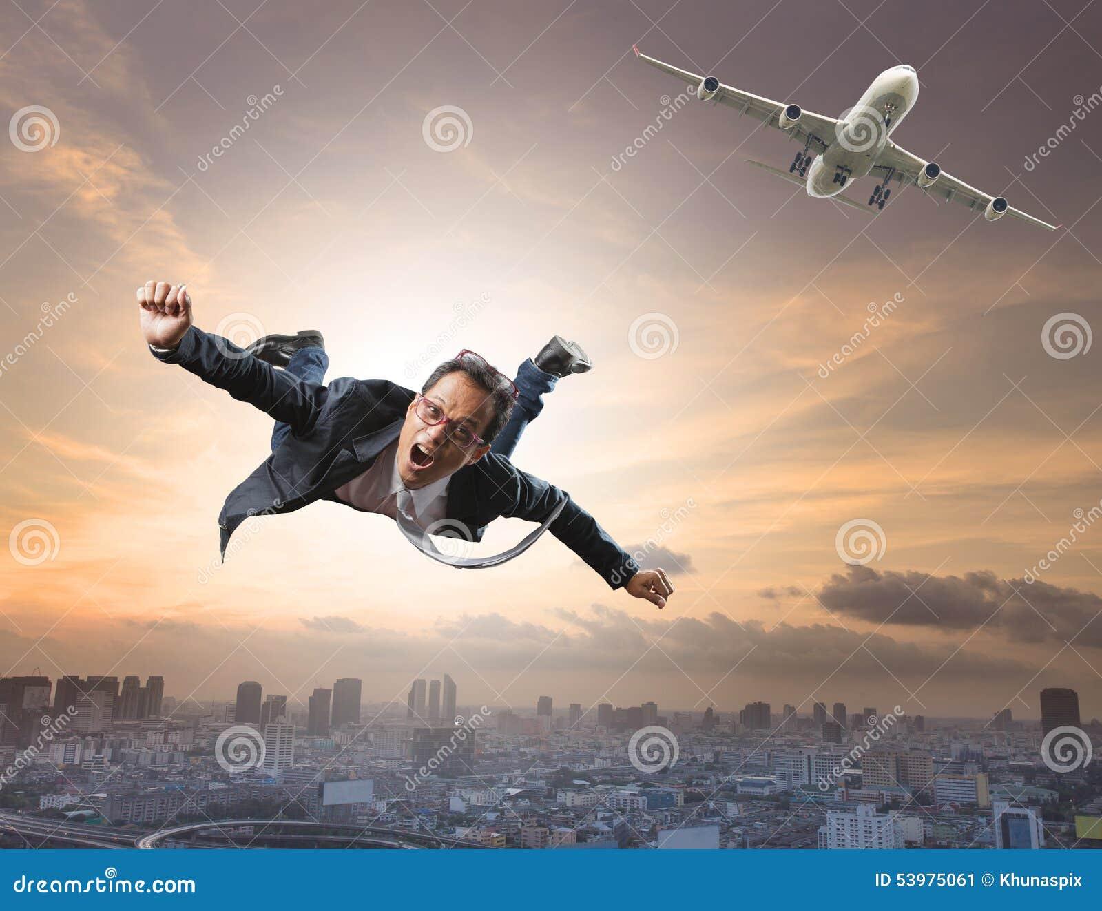 Voo louco do homem de negócio do avião comercial com contente e hap