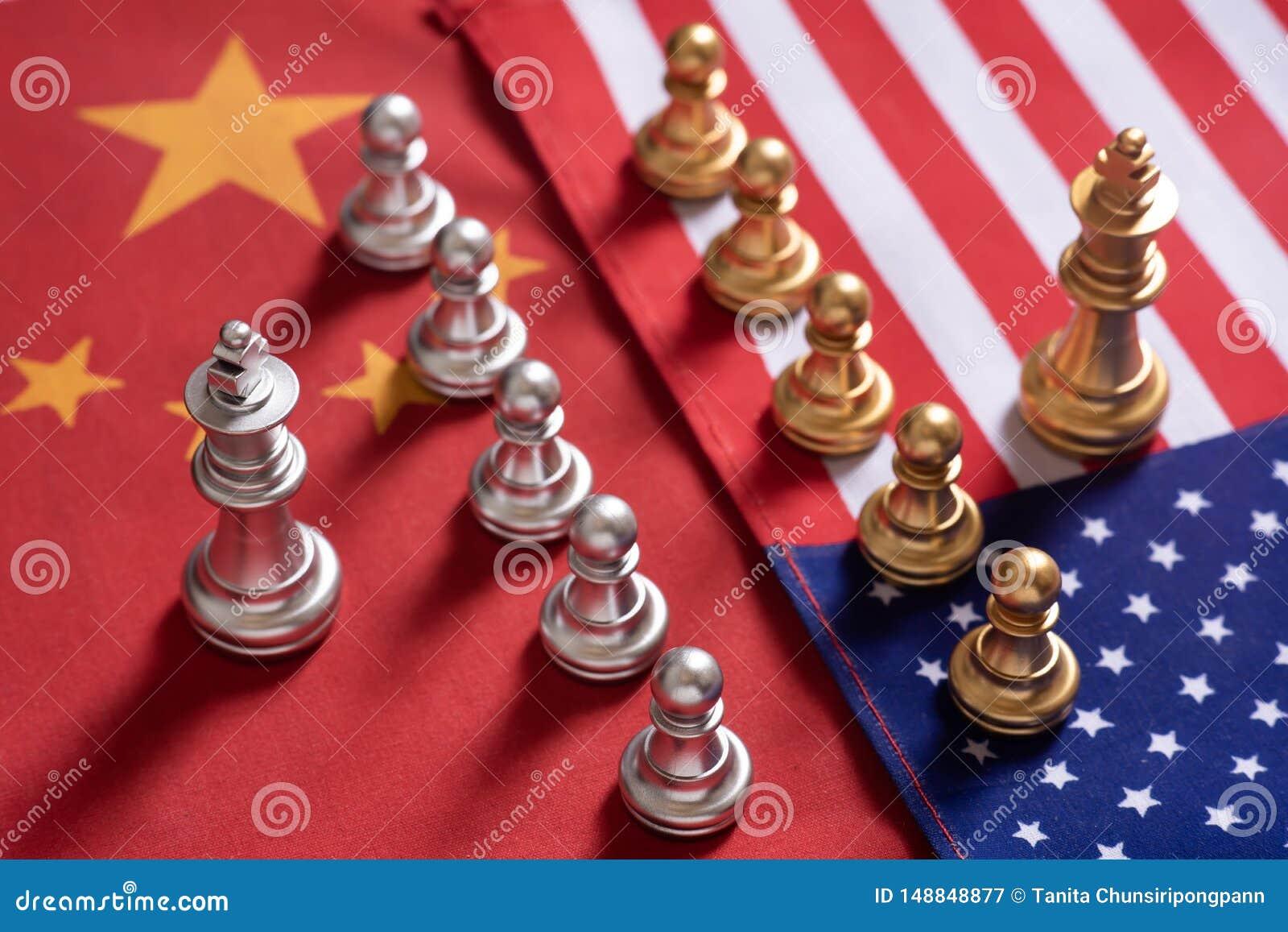 Voor achtergrond of Web De twee teamtribune confronteert elkaar op de nationale vlaggen van China en van de V.S. Het Concept van
