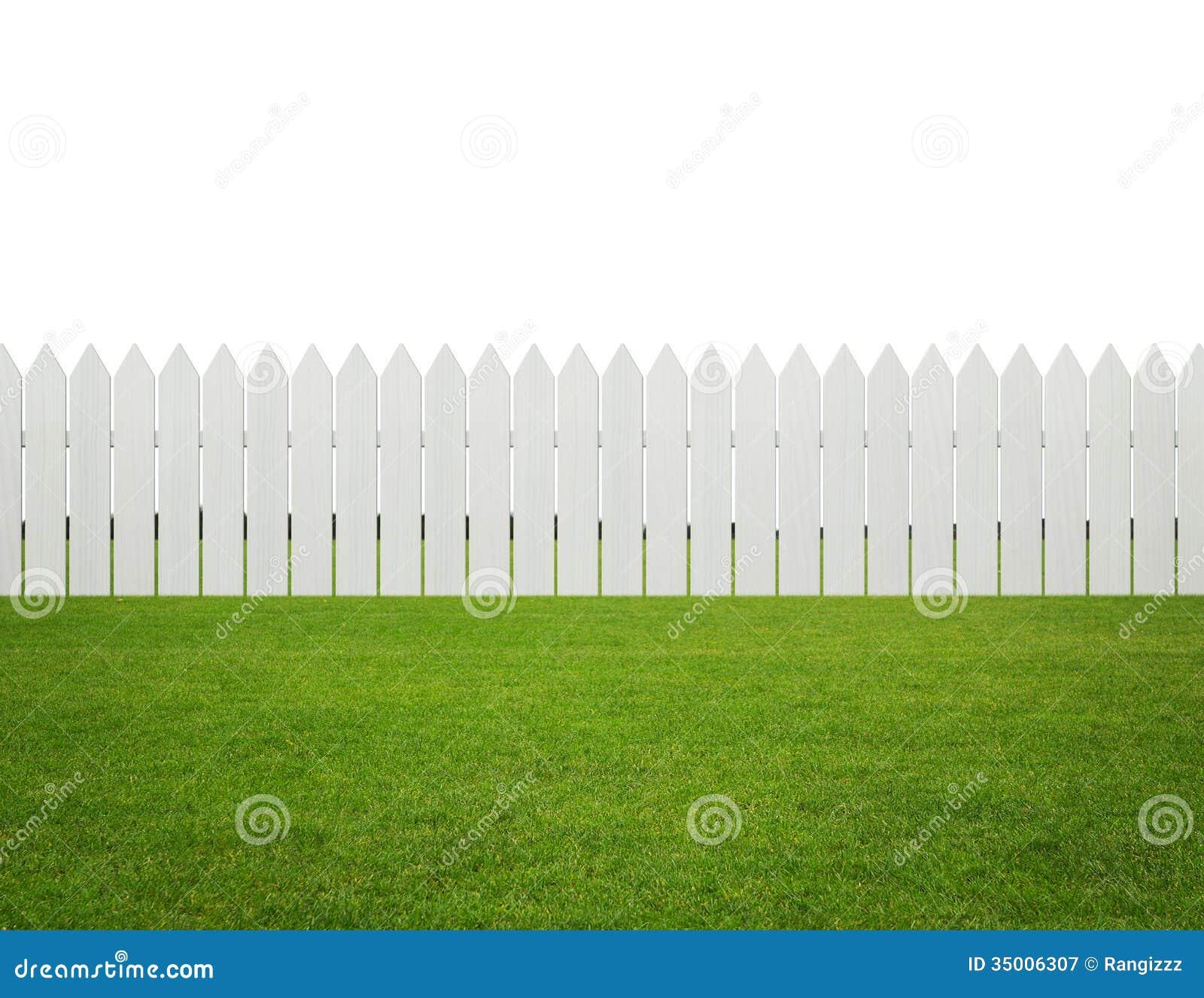 Voor of achtertuin, witte houten omheining op het geïsoleerde gras