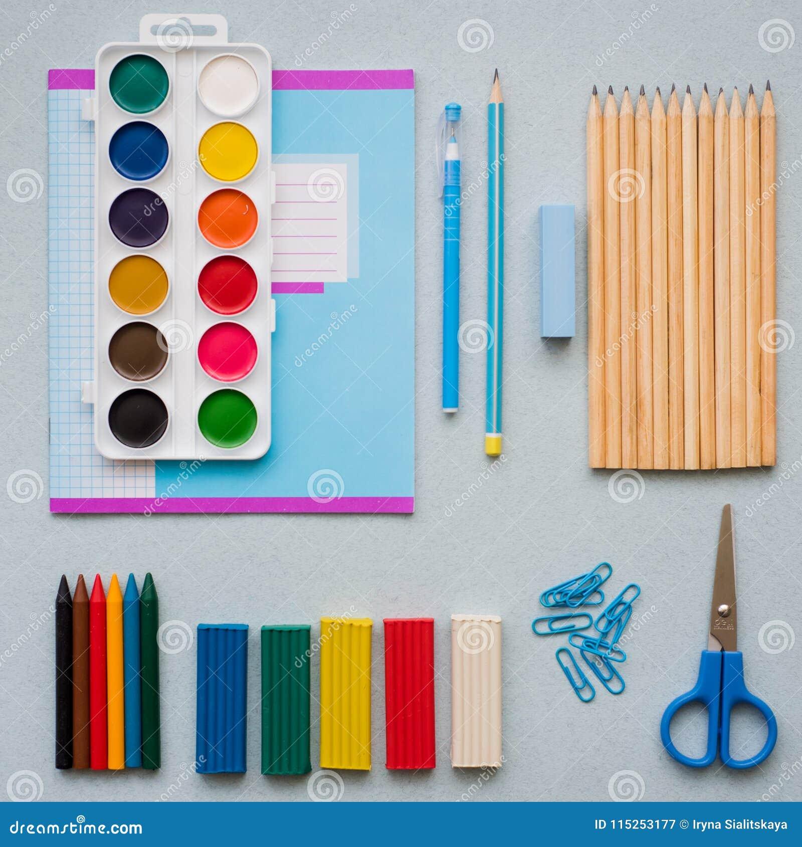 Voor een blauwe achtergrond, schooltoebehoren en een pen, kleurpotloden, een paar kompassen, een paar kompassen, een paar van sch