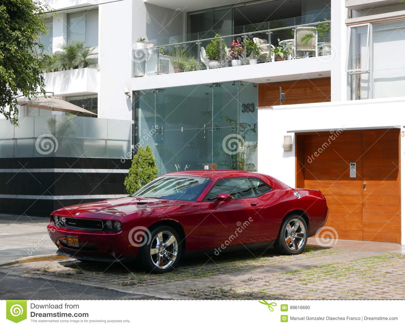 Voor en zijaanzicht van een rode die muntvoorwaarde Dodge Eiser SRT8 392 Hemi in Miraflores, Lima wordt geparkeerd
