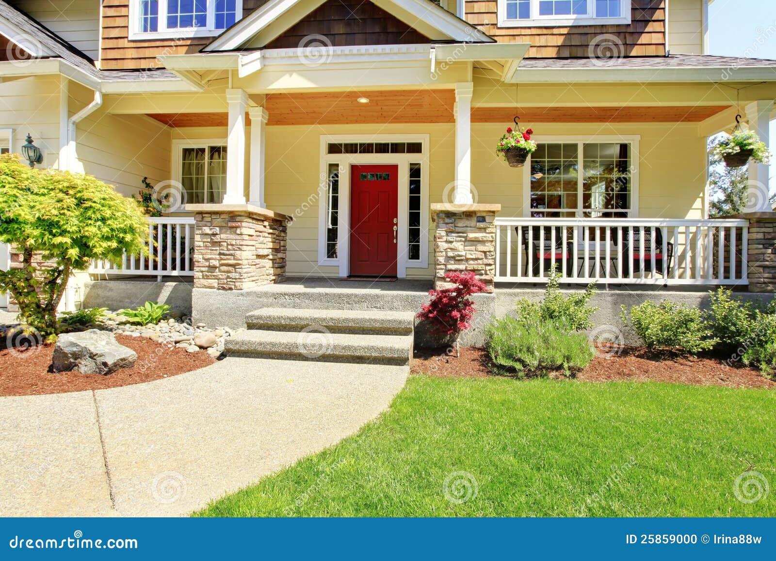 Voor ingang buiten van aardig amerikaans huis stock foto afbeelding 25859000 - Ingang van een huis ...