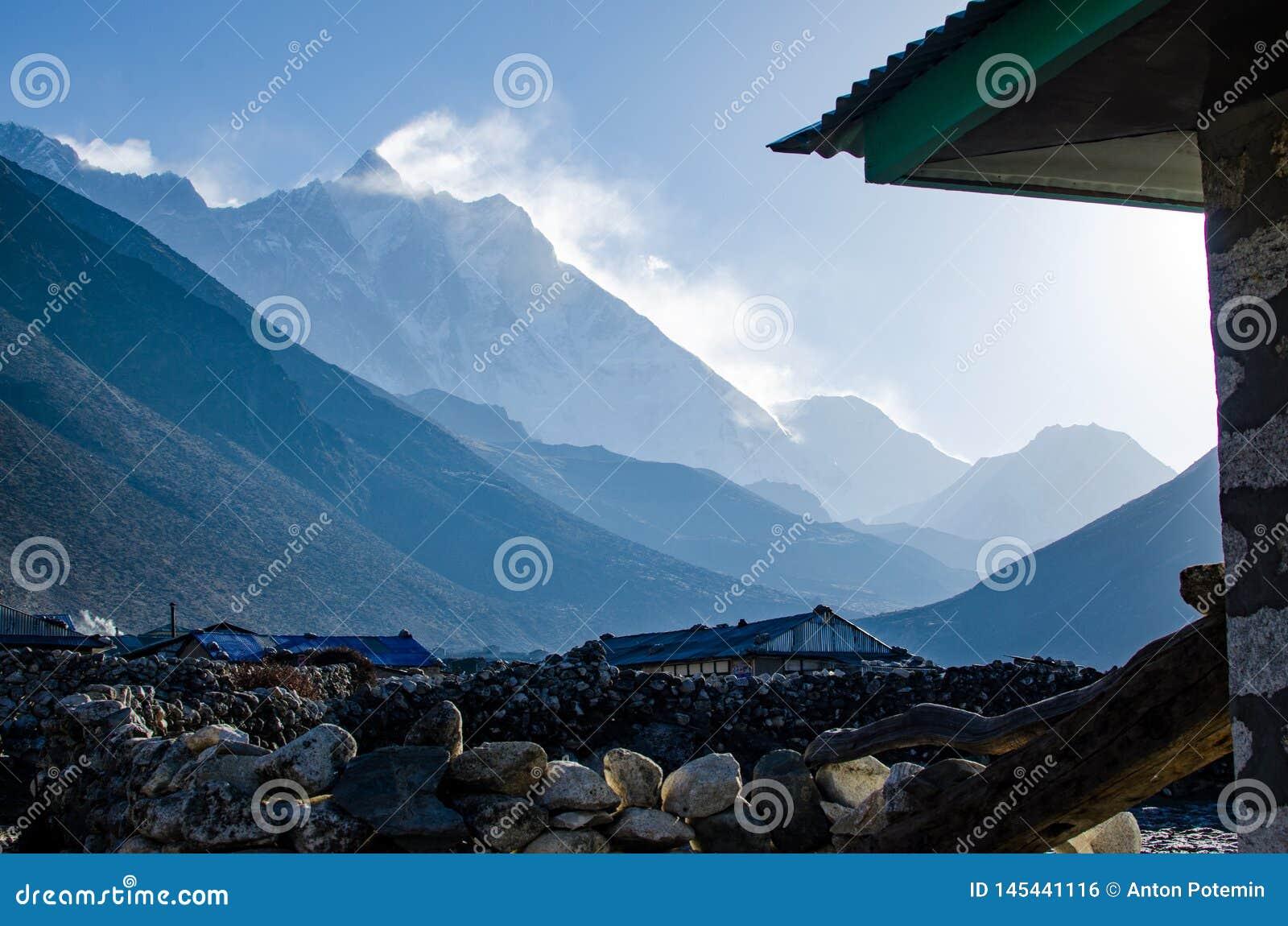 Vooraanzicht van de muur van het zuidengezicht van Lhotze-berg in Nepal himalayagebergte 8516 meters boven het overzees Behandeld