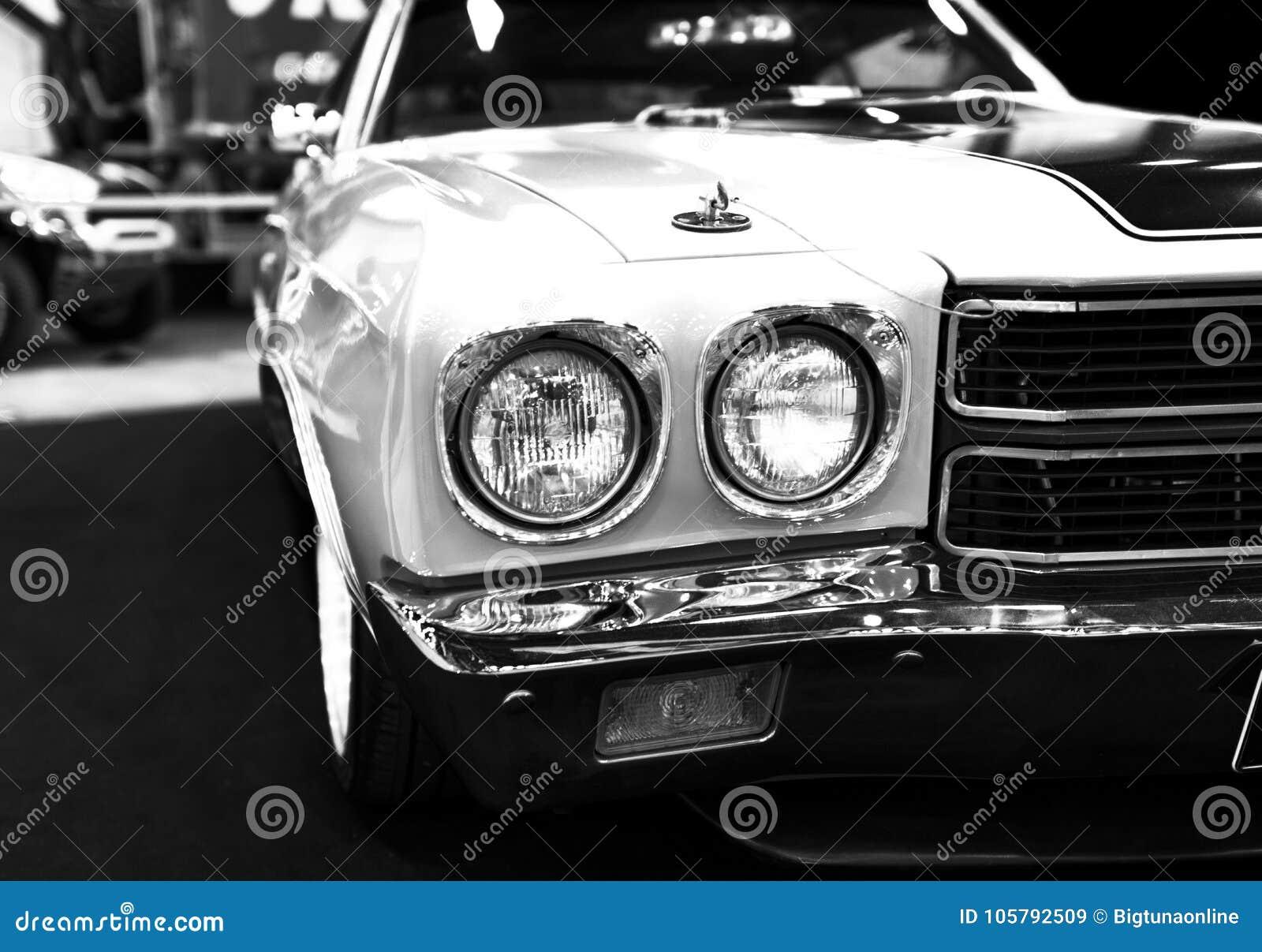 Vooraanzicht van een grote retro Amerikaanse spierauto Chevrolet Camaro SS Auto buitendetails