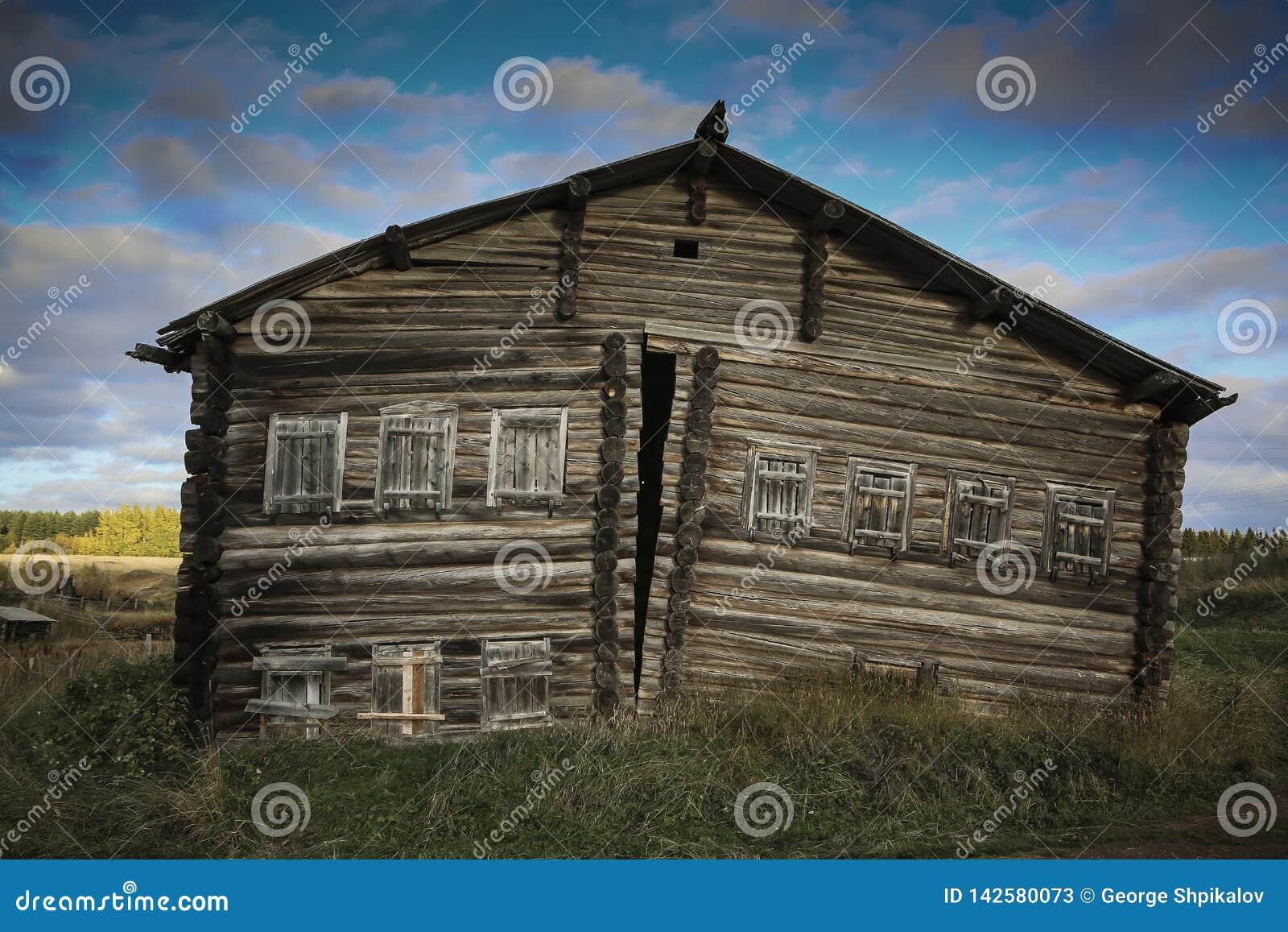 Vooraanzicht van houten logboekhuis in Russisch dorp