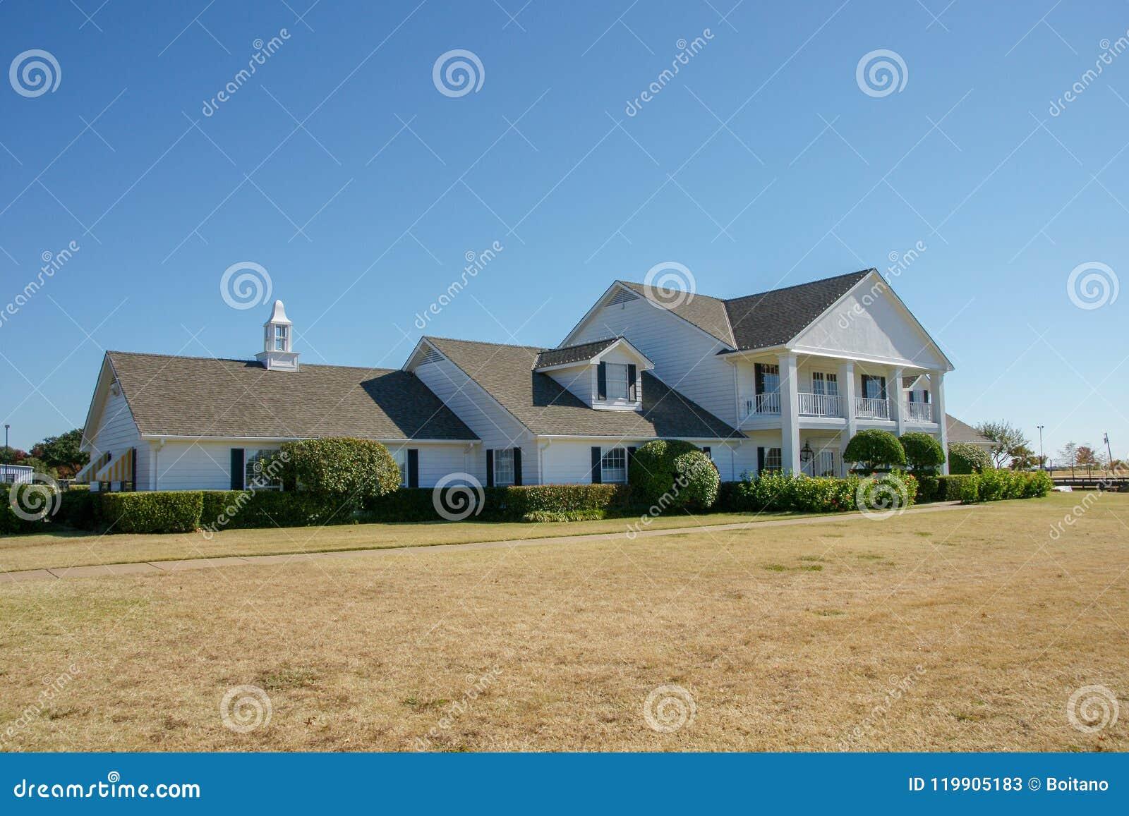 Vooraanzicht van Southfork-boerderijhuis, Parker, Texas, Verenigde Staten De boerderij verschijnt in de televisiereeks Dallas