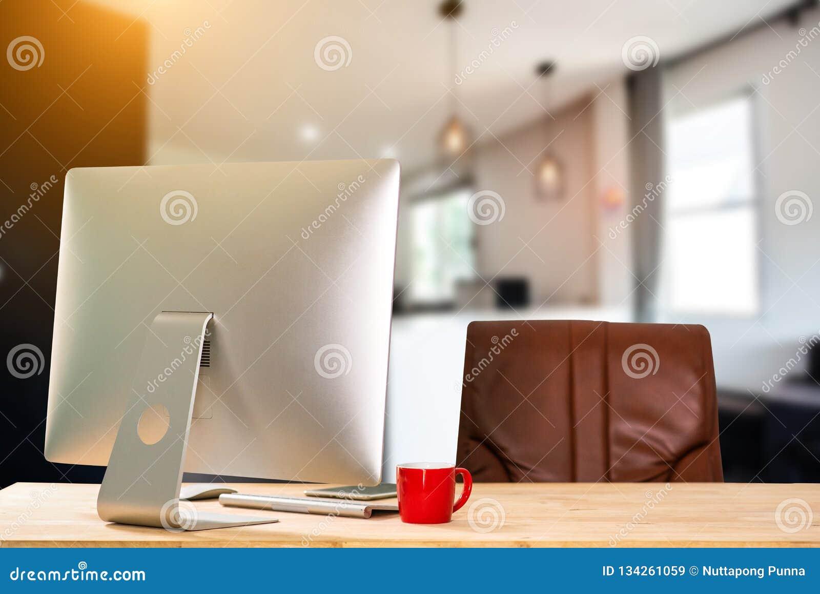 Vooraanzichtwerkruimte met computerconcept