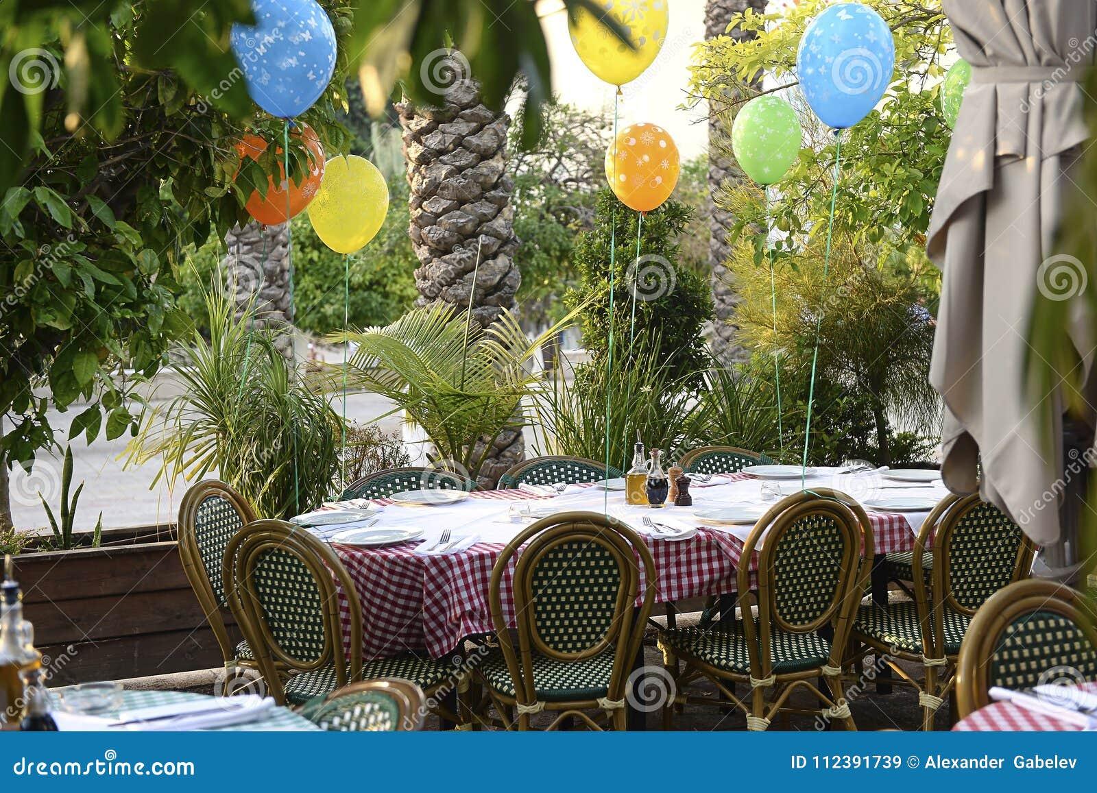 Voorbereide verjaardagslijst bij het Italiaanse restaurant