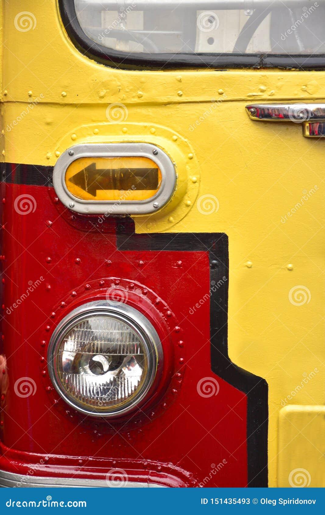 Voordeel van een rood-gele tram, de dichte omhooggaande, zeldzame tram van de tramlamp