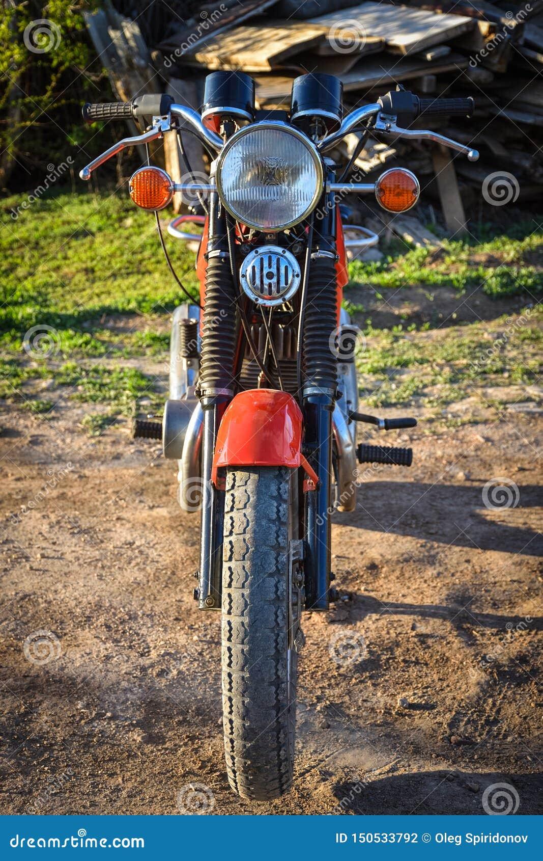 Voordeel van een uitstekende motorfiets, rode fiets
