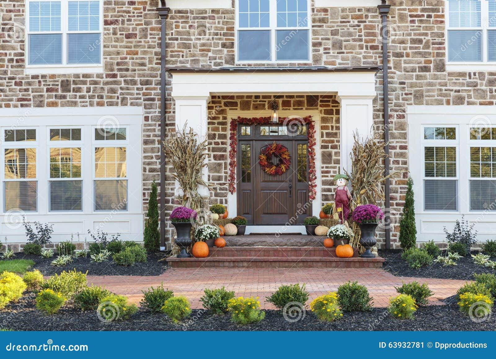 Voordeur horizontale mening van voordeur met seizoengebonden decor stock foto afbeelding for Decor ingang