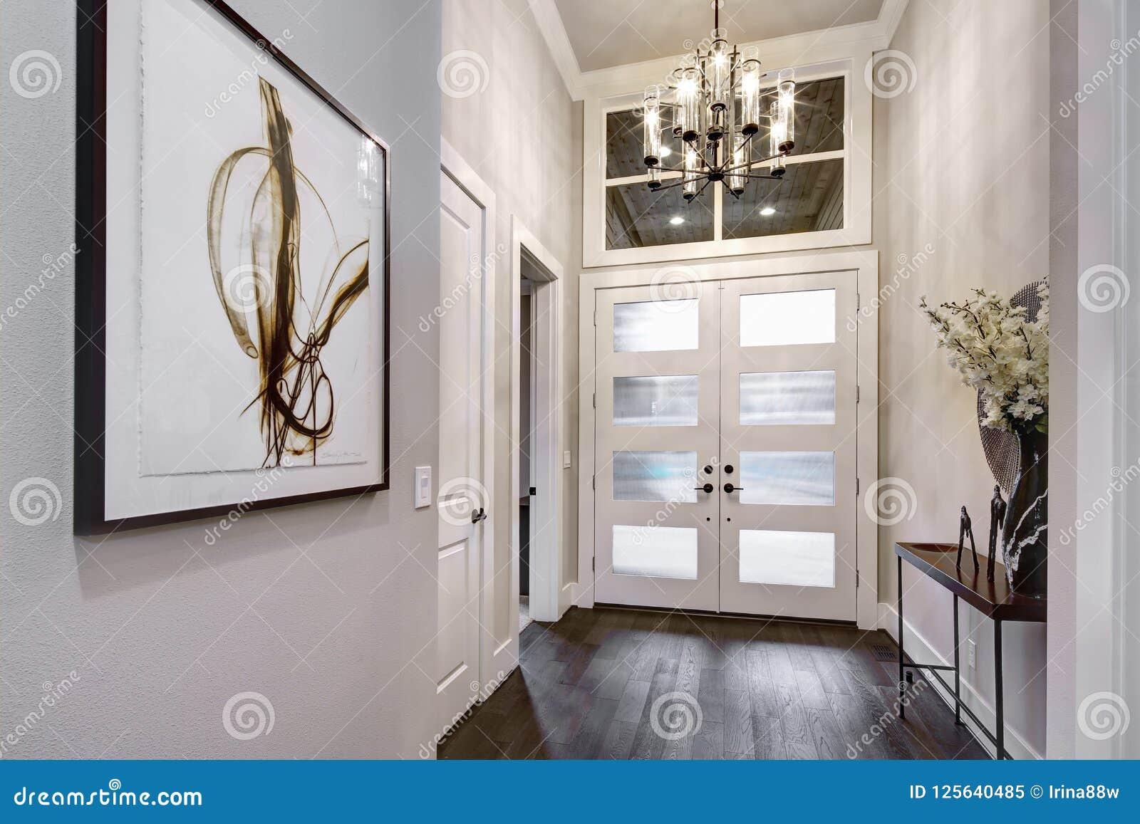 Voordeuringang aan modern huis met hardhoutvloeren