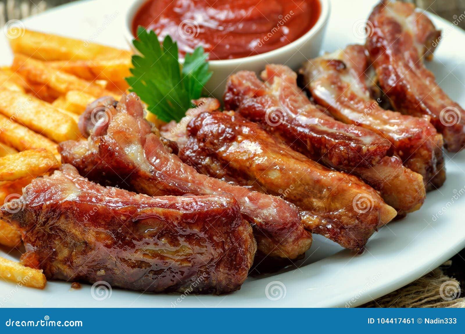 Voorgerecht gebraden varkensvleesribben